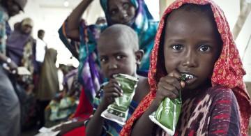 © Sven Torfinn/MSF. El programa ambulatorio de nutrición distribuye alimento terapéutico a niños somalíes en Galcayo Sur, Somalia.