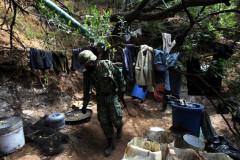 Un soldado camina en medio de un campamento para procesar drogas sintéticas instalado en el estado de Nayarit.