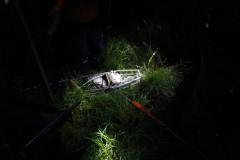 El cuerpo de un hombre yace a un costado de la carretera luego de ser abatido por una banda rival.
