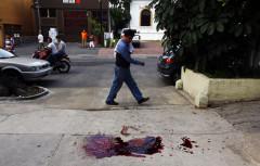 Charco de sangre de un hombre que fue ejecutado en la colonia Lafayette de Guadalajara al mediodía.