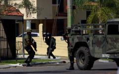 Momentos en que el Ejército trata de detener a un líder del narcotráfico en la colonia Lomas Altas, de Guadalajara.