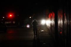 Un policía custodia las calles tras un enfrentamiento con hombres armados.