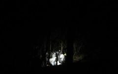 Forenses trabajan en una narcofosa en medio de un bosque del municipio del Arenal, Jalisco.