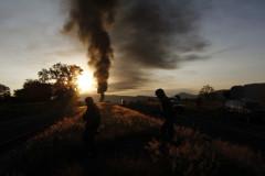 Elementos del Ejército mexicano corren para formar un cerco tras la explosión de un gaseoducto perpetrada por el crimen organizado.