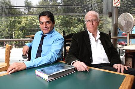 Roger Bartra con el coordinador de la edición, Gerardo Villadelángel. Foto © Fernando Villa / El Economista.
