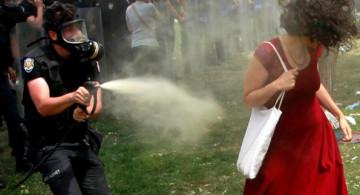 Cobardía y alevosía policiaca contra una manifestante en Estambul. Foto © REUTERS / Osman Orsal.