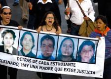 Al centro, la activista Morett.