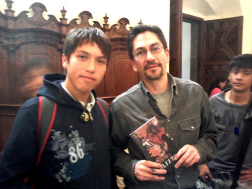 Andrés Acosta con un joven lector.