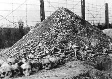 Una pila de restos humanos en el campo de concentración de Majdanek.