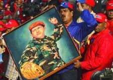 Maduro con un cartel de Chávez. Fotografía © Luis Acosta / AFP / Getty Images.