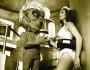 Lorena Velázquez y un extraterrestre, posiblemente priista, en La nave de los monstruos (1960), de Rogelio A. González.